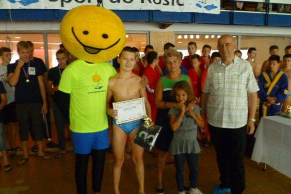 Najlepší strelec. Peter Varga, študent športového gymnázia v Košiciach (v strede). Okolo neho zľava maskot a sprava pani Štoffanová s vnučkou a predseda oddielu.