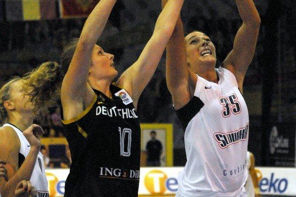 Nemecká basketbalová reprezentantka Romy Bärová (vľavo).
