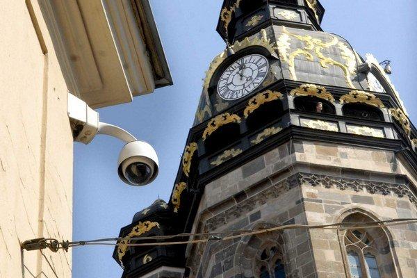Kamera na rohu Hlavnej a Mlynskej. Monitoruje verejné priestranstvo i časť Dómu, ale až úplne do výklenku so sochou nedovidí.