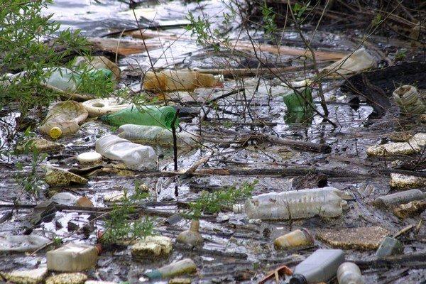 Bude to už minulosťou? S každým dažďom prichádza do Ružína nová várka odpadu.