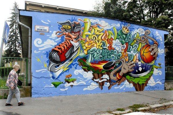 Rozprávkové grafity vítajú žiakov každé ráno.