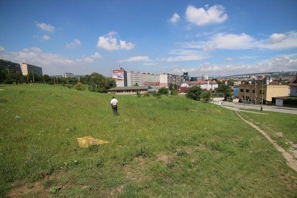 Lukratívna lokalita. Nad zimným štadiónom takmer v centre mesta môže majiteľ pozemok rozprávkovo zhodnotiť.