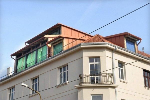 Jenčova čierna stavba. Pritom najprv chcel len strešné okná.