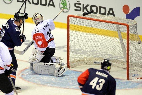 Brankár Kölner Haie Sebastian Stefaniszin inkasuje druhý gól v zápase hokejovej Ligy majstrov A-skupiny medzi HC Košice - Kölner.