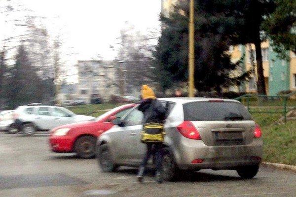 Odvoz domov. Robí policajt dcére taxikára?