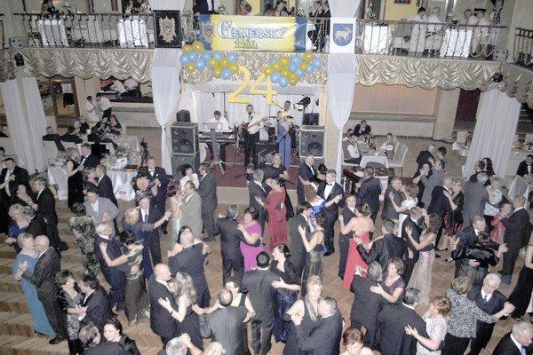 Zábava v plnom prúde. Počas tanečných kôl nezostala obsadená ani jedna stolička.