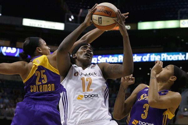 Lynetta Kizerová (v strede). Vo WNBA je to hráčka Phoenix Mercury.