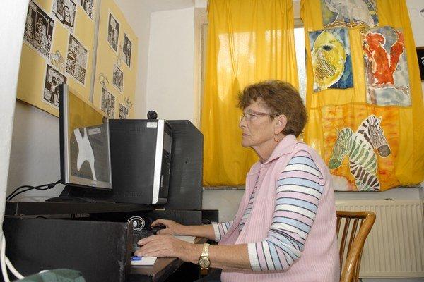 Práca s počítačom. Dá sa naučiť aj vo vyššom veku.