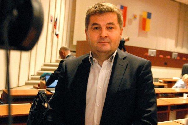 Ondrej Bernát. Riaditeľ Úradu KSK obhajuje prijatie úveru.
