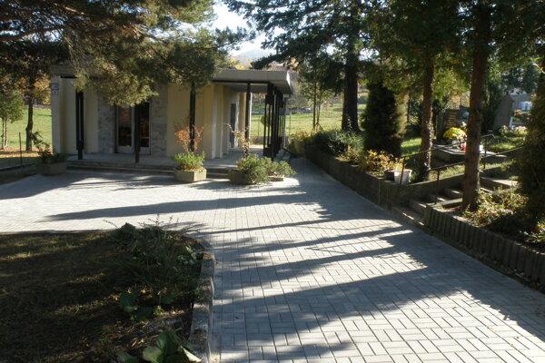 Zámková dlažba je na opravenom chodníku na cintoríne v Hradci.