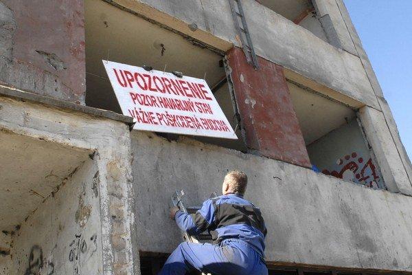 Pribudli upozornenia. Namontovali ich pracovníci bytového podniku.