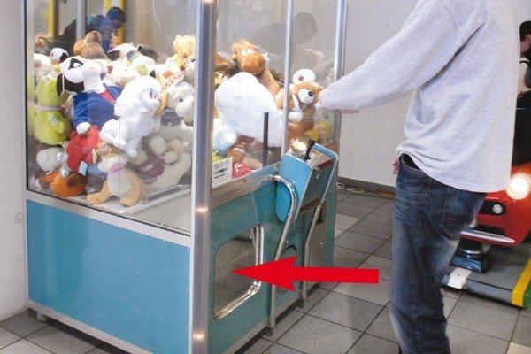 Otvor na hračkomate. Má asi 30 x 30 cm, dvierka sa otvárajú dnu do malého priestoru.