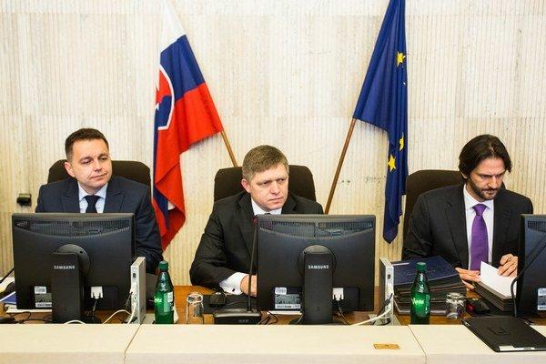 Sprava minister vnútra Robert Kaliňák, predseda vlády Robert Fico a minister financií Peter Kažimír počas stredajšieho rokovania vlády.