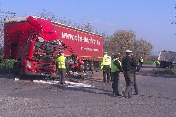 Nehoda. Jeden zo šoférov sa vážne zranil.