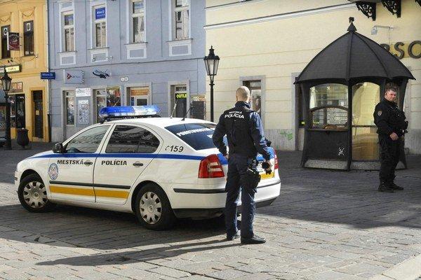 Budú voňať novotou. Mestskí policajti dostanú nové vysielačky, nohavice, opasky a niektorí aj puzdrá na zbrane.
