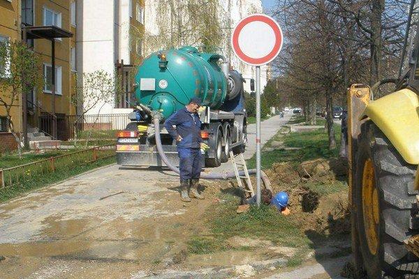 Ďalšia z opráv. Potrubie už pomaly dosluhuje.