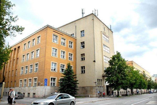 Poštová ulica. Komplex postavený v roku 1930 je dlho na predaj.