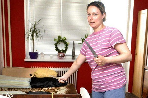 Napadnutá matka. Nôž vyrazila z ruky druha v poslednej chvíli.