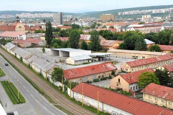 Malinovského kasárne. Štát ich ako prebytočný majetok daroval Košiciam v roku 2005, odvtedy sú prázdne a chátrajú.