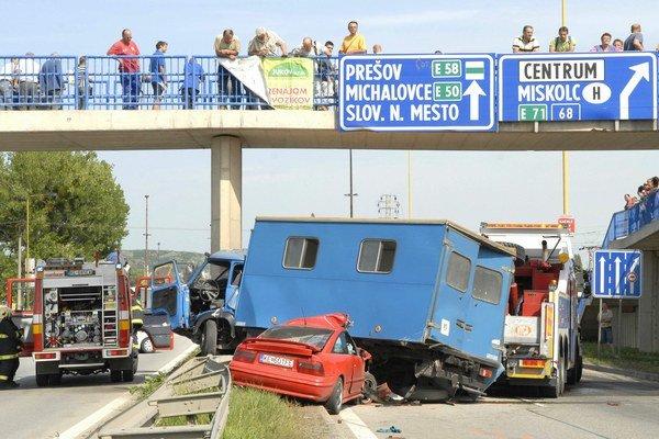Záver havárie. Opel skončil pod aviou, tá na pilieri.