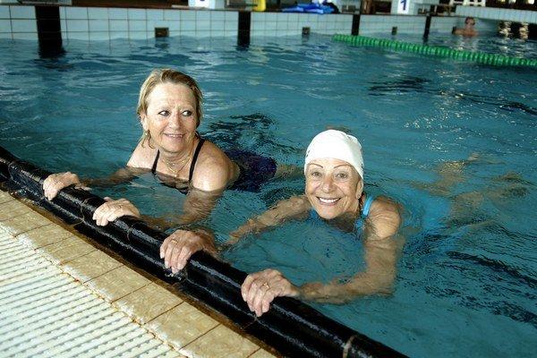 Mama (vpravo) s dcérou. V bazéne sú ako doma.