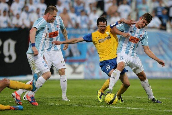 Miroslav Viazanko (v žltom) zaznamenal jediný gól.