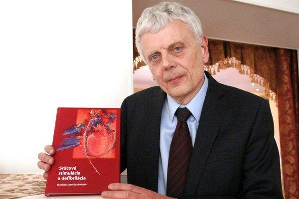 Docent Stančák. V rukách s novou knihou.