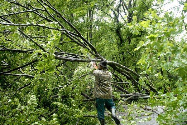 Popadané stromy. Neplechu narobili aj popri ceste na Jahodnú.