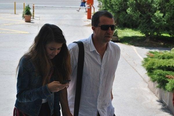 Otec s dcérou. Súd rozhodol, že ostanú spolu.
