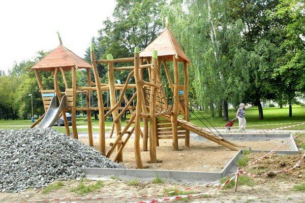 Tri veže. Detské ihrisko z dreva rastie v Zuzkinom parku.