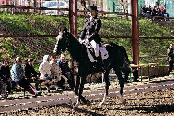 Linda Mičúchová na koni Dunka.