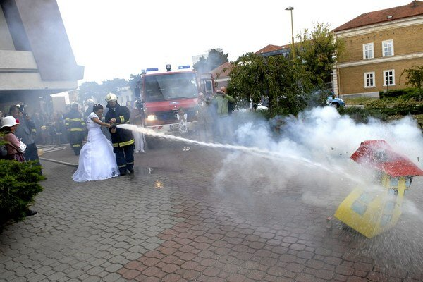 Požiar rýchlo uhasili. Mokrá nebola len podlaha, ale aj hostia, vrátane novomanželov.