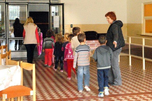 Jedáleň. Riaditeľka (vpravo) včera už v pokoji odprevádzala deti z obeda.