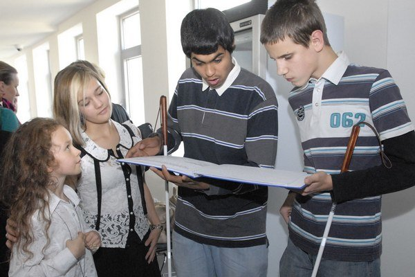 Paťka Bušiaková (prvá zľava) pomohla nevidiacemu Jurajovi. Namiesto trápenia sa s Braillovým písmom si teraz nevidiaci príbeh pohodlne vypočujú.