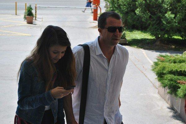 Otec a dcéra. Varholík s Alexandrou idú na súd. Dcéra je zatiaľ u otca.