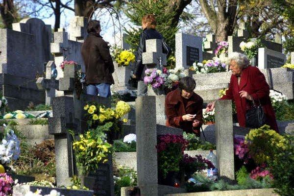 Kvetmi a vecami vyzdobené hroby. Na prelome októbra a novembra sú hroby najkrajšie z celého roka