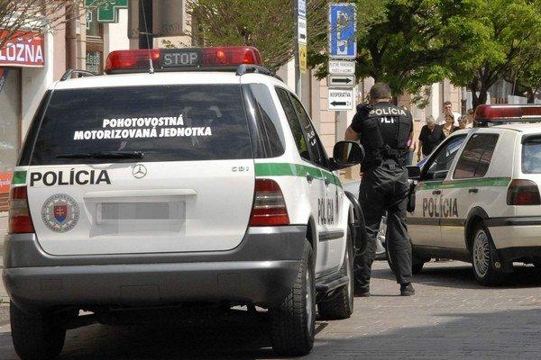 Policajný mercedes. Podľa súdu sa nepreukázalo, že ohrozoval chodcov.