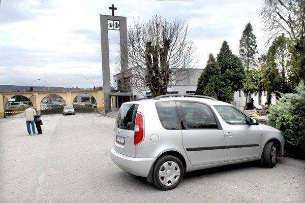 Verejný cintorín. Súkromné autá, okrem výnimiek určených prevádzkovým poriadkom, majú v zimnom období vstup zakázaný.