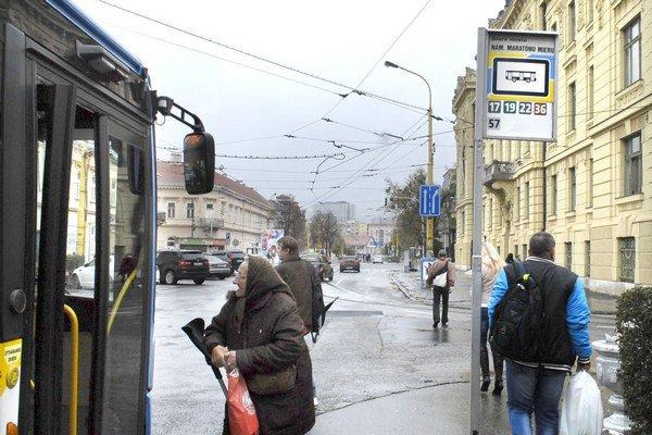 """Autobusová zastávka na """"maratónca"""". Aj tu mala byť jedna z infotabúľ."""