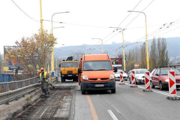 Hlinkova. Kvôli opravám mosta zastavili dopravu na Dopravnej ulici pod ním.