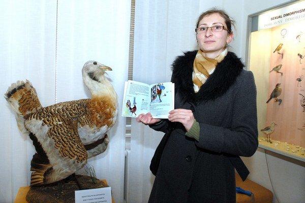 Autorka projektu Mária Semanová pózuje pri vtákovi Dropovi.