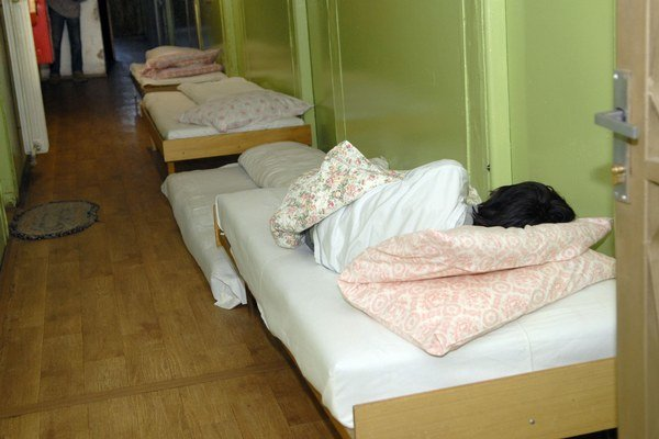 Charitný dom. V prípade núdze pomôžu aj postele vyložené na chodbu.