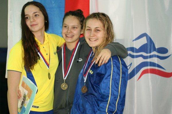 Tri košické motýliky. Medailistky na 200 m motýlik, zľava Nina Fürješová (2.), Carmen Mikušová (1.) a Erika Borovová (3.).
