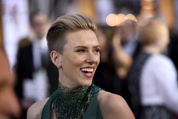 Scarlett Johansson vždy zvýrazní svoje zmyselné pery.