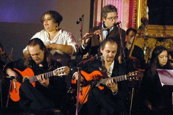 Záverečná skladba. (zľava) Ridina Ahmedová, flautista Robo Fischman a Flamengové sexteto.