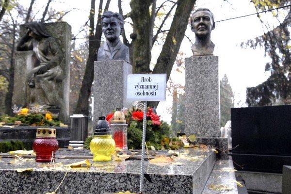 Verejný cintorín. Hroby osobností sú zreteľne označené.
