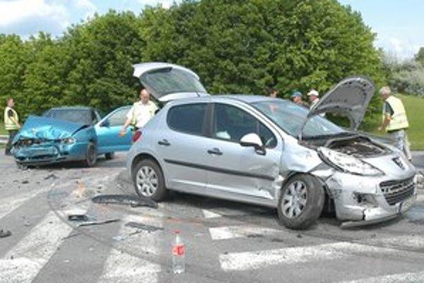 Po nehode. Škody vznikli našťastie len na autách.