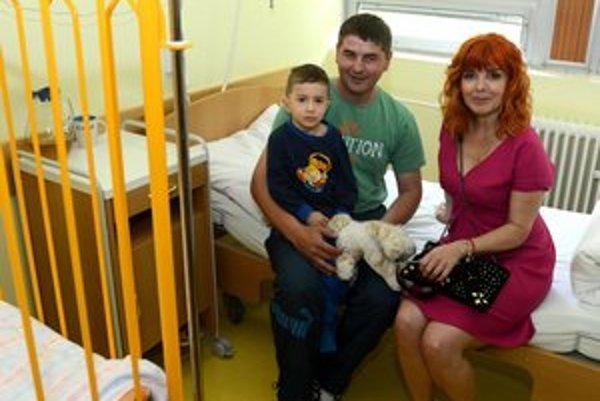 Malý pacient s oteckom a herečkou Zuzanou Tlučkovou v izbe na ORL oddelení.