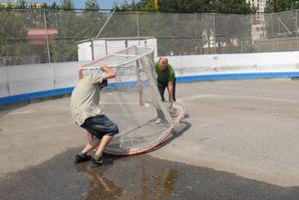 Osadenie bránky. Bez nej sa hokejbal nezaobíde.