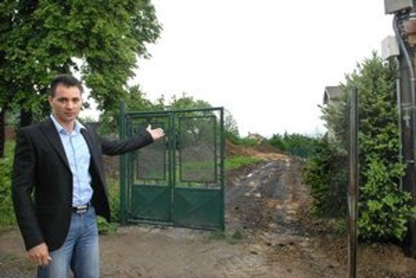 Starosta Karabin ukazuje pozemok. Tvrdí, že vzadu dom stáť nemôže.